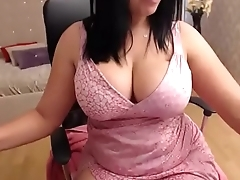 Huge tits milf showing her wing pussy lips on cam